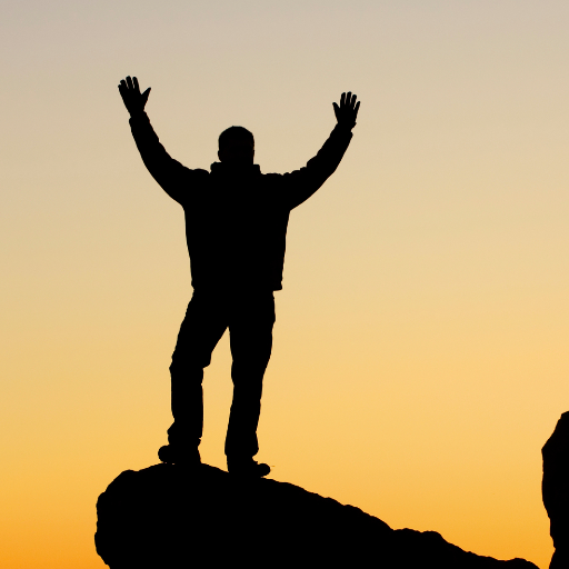 Ein Mann im Sonnenuntergang auf einem Berg.