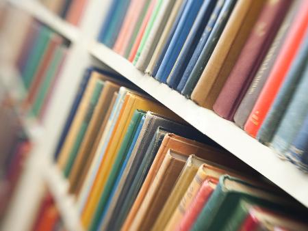 Bücherregal mit historischen Büchern.